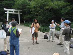 プロのガイドによるガイド研修の様子(熊野市の阿古師神社にて)