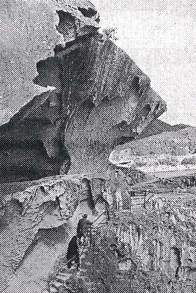 波蝕洞窟の上端が前に突き出す鬼ケ城