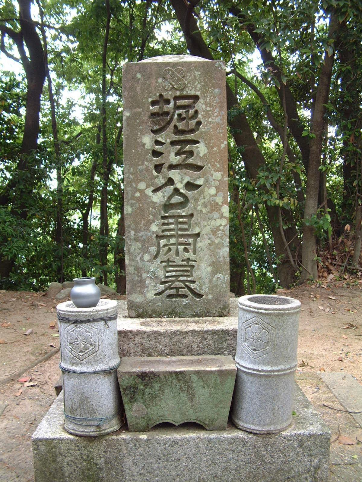 新四天王寺境内に建つ堀江鍬