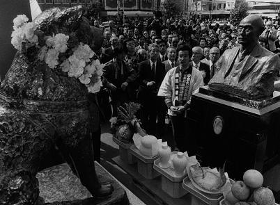 上野英三郎胸像とハチ公銅像の対面(1984年4月8日毎日新聞社撮影)