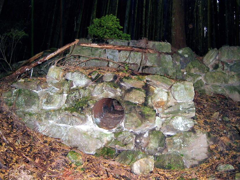 山中に残る貯水槽跡と送水口