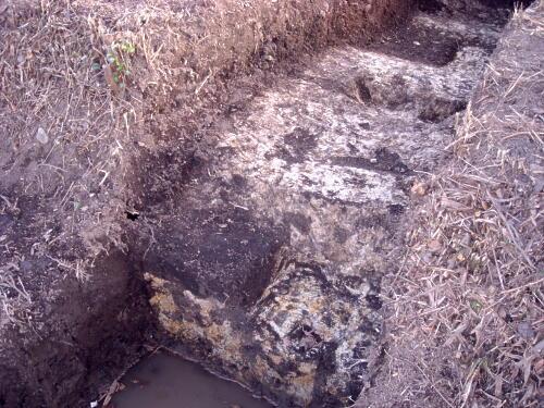 黒い部分が側溝に埋まった土です。僅かしか残っていませんでしたが、貴重な発見です!