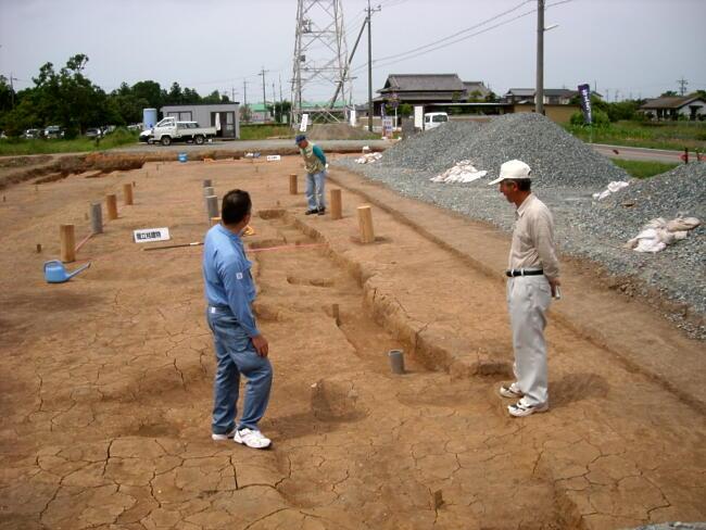 建物跡には丸太をならべて、規模が分かり易いようにしました。