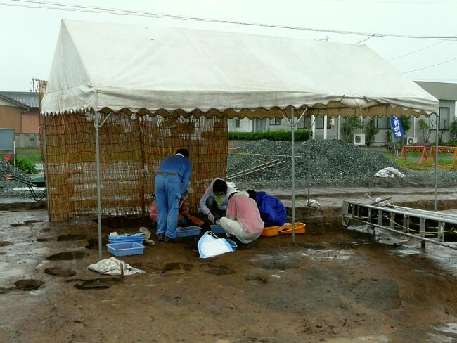 最終日は突然の雨があり、急遽テントを建てて体験発掘を行いました。