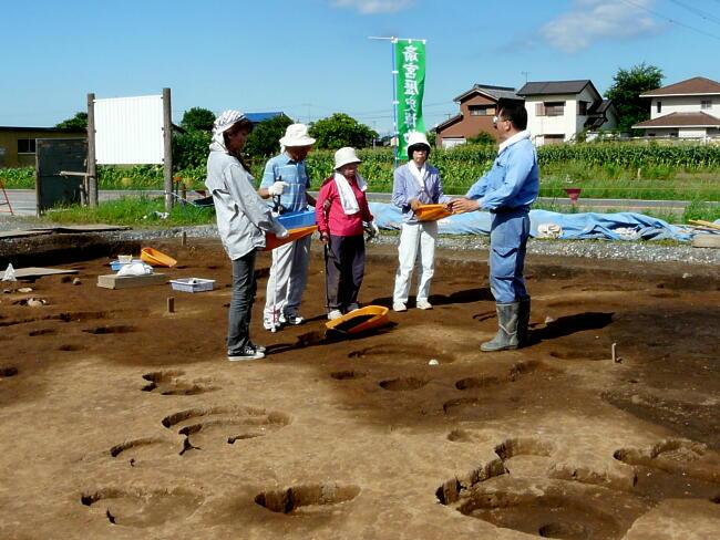 最初に遺跡の概略や発掘調査の方法を説明します。