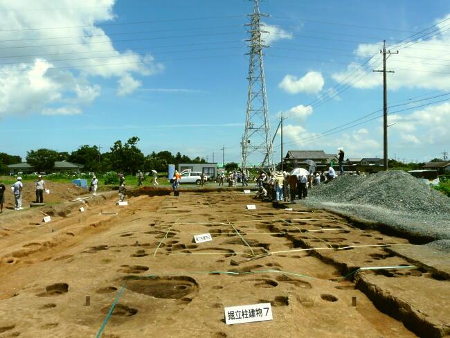 テープを張っている所が建物跡です。