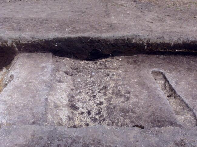 東西区画道路の北側溝。平成19年の154次調査では南側溝を確認しています。