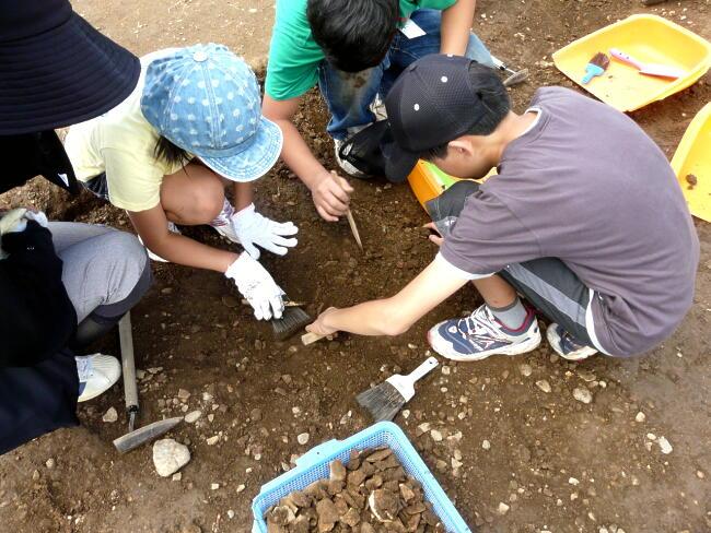 たくさんの土器が出土。もうカゴにいっぱいです!
