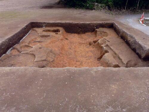 中央の大きな溝は、土層から何度も掘り直した様子が窺えます。