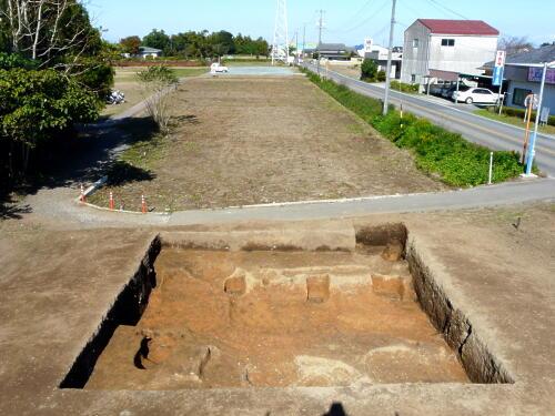 溝の肩にある四角い穴が、建物の柱穴です。
