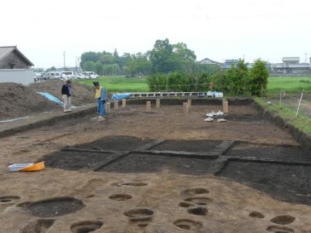 建物跡(丸太は建物の柱穴を示しています。)