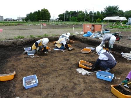 発掘調査の様子(柱穴を掘っています)