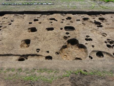 大きな柱穴を持つ建物跡(西から)