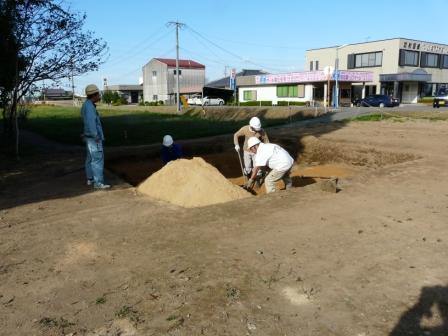 遺構を守るために砂を入れて埋め戻しします。